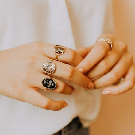 Bague motif croix en plaqué or, émail de couleur noire et oxydes de zirconium.